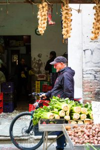 uomo in bici al mercato rosati