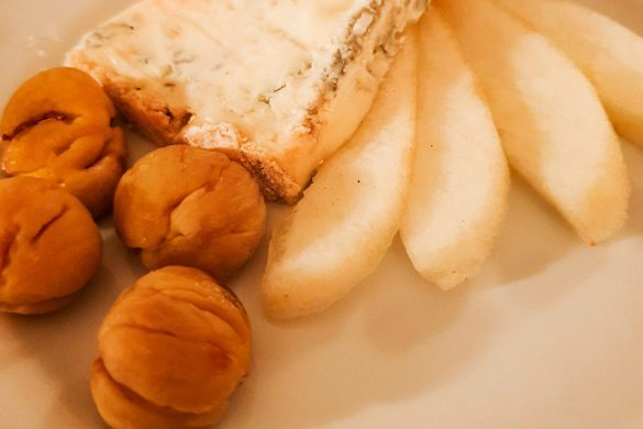 Cacio stracchino di Gorgonzola, pere, castagne secche.