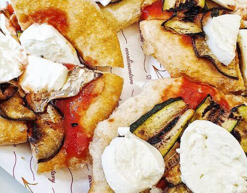 Pizza fritta foggiana alla friggitoria in centro