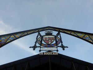 ingresso della boqueria a barcellona, uno dei più bei mercati coperti d'europa.