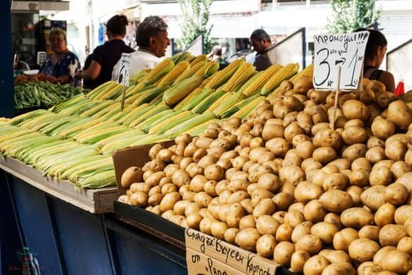 Pannocchie e patate sui banchi del Mercato delle Donne di Sofia.