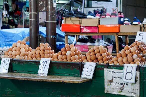 Uova sui banchi del mercato di Niš.