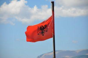 bandiera albanese per intervista a loris, uno dei discendenti di skanderbeg in italia