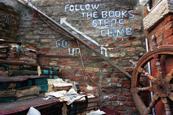 cosa vedere a venezia in un giorno: libreria acqua alta.