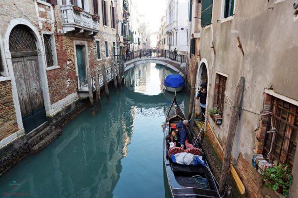 Scorcio sul canale della Libreria Acqua Alta di Venezia.