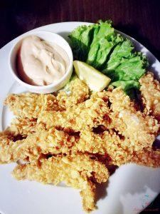 Pollo fritto impanato nei corn flakes al ristorante Divaka 2 a sofia.