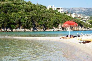 spiaggia di bella vraka a syvota, una delle migliori mete per l'estate.