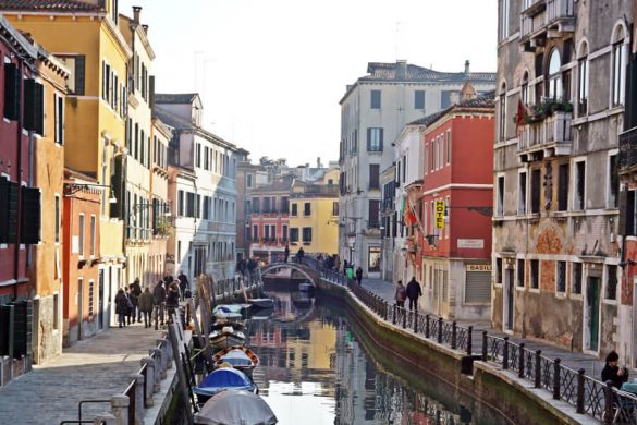 Itinerario a piedi a venezia tra i canali.
