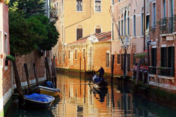 scorcio di uno dei canali durante l'itinerario a piedi per visitare venezia