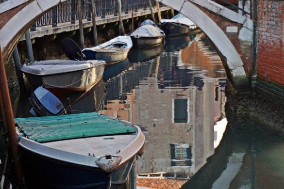 riflessi dei ponti sui canali di venezia