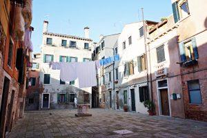piazzetta tra le calli di venezia
