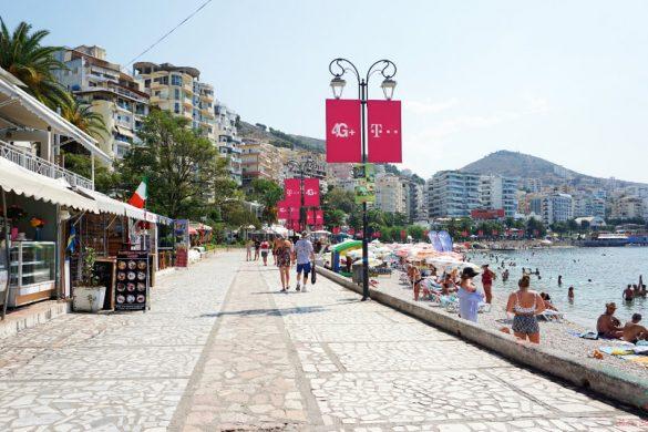 passeggiata sul lungomare di saranda in albania.
