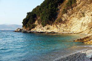 Saranda mare: plazhi i monastirit.