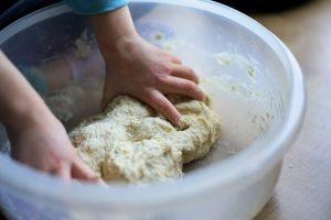 impastare per la brazadela dolce tipico della cucina bolognese