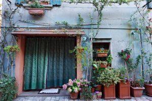 case e fiori nei vicoli di santarcangelo di romagna