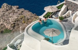 piscina di lusso a santorini: una meta da sogno