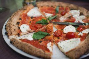 pizza margherita da mangiare a napoli durante un viaggio zaino in spalla