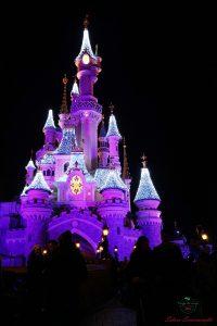castello di disneyland paris di notte