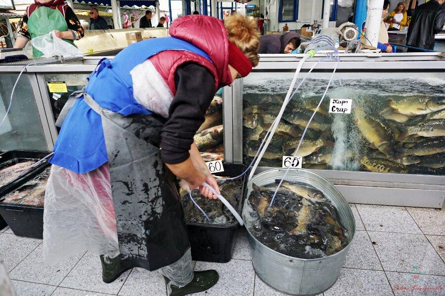 pescivendola al mercato di chisinau