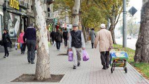 persone per strada a chisinau