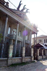 abitazione che ricorda il teatro Bolshoi di Mosca sulla collina degli zingari di soroca