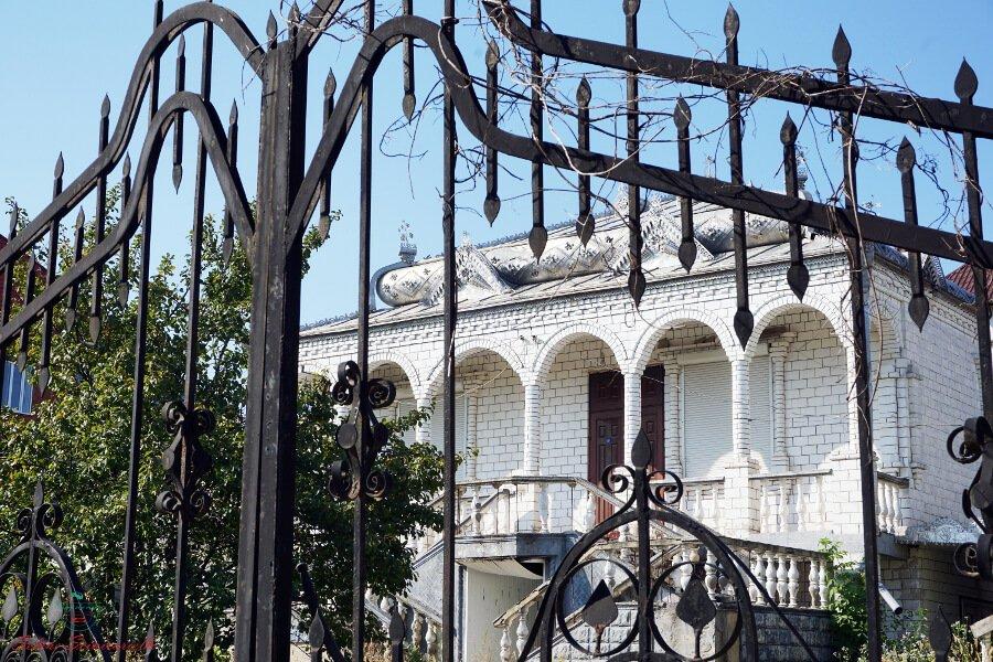 casa dietro a un cancello sulla collina degli zingari di soroca