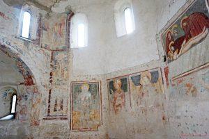 affreschi all'interno del battistero della basilica di agliate
