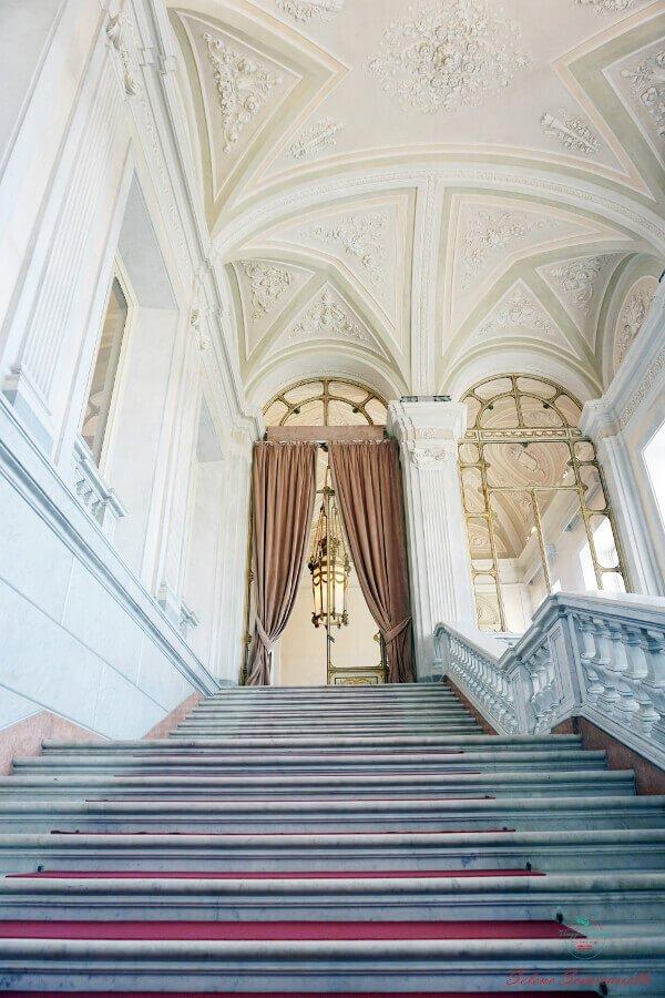 cosa vedere amonza in un giorno: la villa reale. Scalinata interna