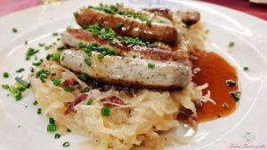 piatto con wurstel e crauti