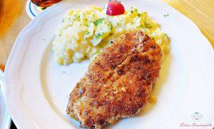 Piatto accompagnato da kartoffelnsalat.