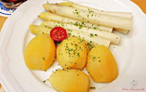 piatto con asparagi bianchi