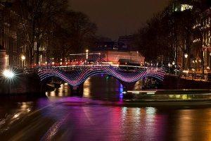 canali illuminati l'amsterdam light festival in inverno - Frank Tjepkema [CC BY-SA (https://creativecommons.org/licenses/by-sa/3.0)]