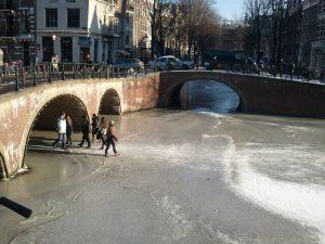 canali ghiacciati ad amsterdam in inverno
