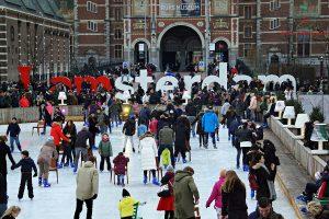 cosa fare ad amsterdam in inverno? Pattinare sul ghiaccio davanti al rijksmuseum