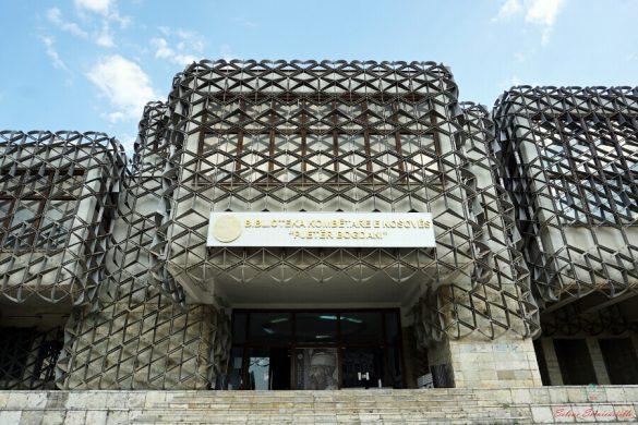 ingresso della Biblioteca Nazionale di Pristina.