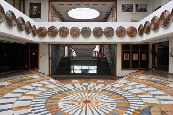 interno della ingresso della Biblioteca Nazionale di Pristina.