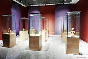 sala del museo nazionale del kosovo con le statue della dea sul trono