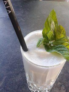 l'ayran, una bevanda tipica del kosovoE4024 [CC BY-SA (https://creativecommons.org/licenses/by-sa/4.0)]