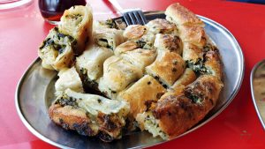 burek, uno dei piatti tipici della macedonia e dei balcani