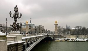 ponte sulla senna imbiancato dalla neve a parigi in inverno