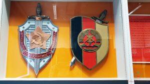stemma della ddr e dell'unione sovietica al museo della stasi di berlino