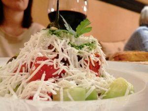 la shopska salata è un piatto vegetariano da mangiare a sofia