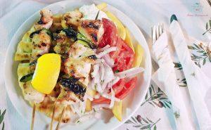 Souvlaki di pollo sono tra i piatti della cucina greca più famosi