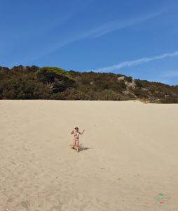 selene scinicariello sulla spiaggia di kalagrya