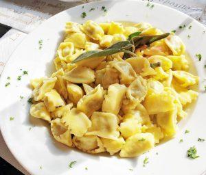 agnolotti del plin, uno dei piatti tipici delle langhe