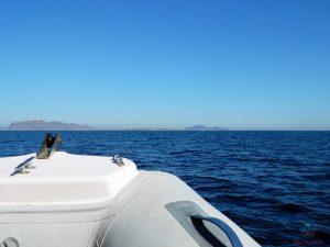 il gommone è uno dei modi migliori per organizzare un giro in barca a favignana