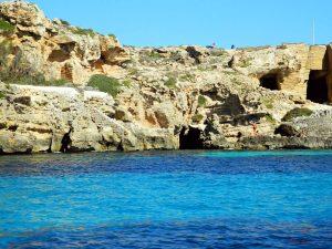 Cala bue marino, una delle spiagge da vedere durante un giro in barca a favignana