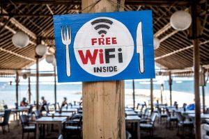 ristorante con wifi, uno dei migliori posti per risparmiare con il cellulare all'estero