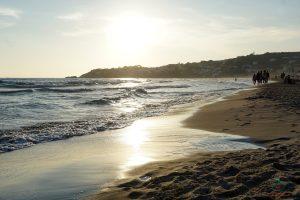 spiaggia di serapo al tramonto