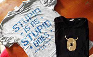 """maglietta """"stupid is as stupid soes"""" e maglietta con mucca scozzese, due idee per un souvenir originale"""